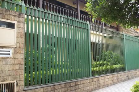 grades verdes no muro