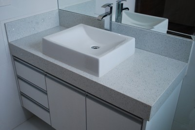 granito branco Itaúnas em banheiro moderno
