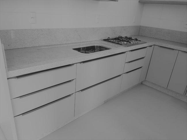 granito branco Itaúnas em cozinha grande