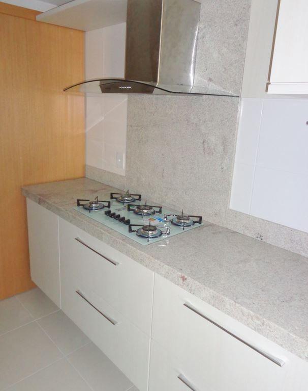 granito branco Itaúnas em cozinha moderna