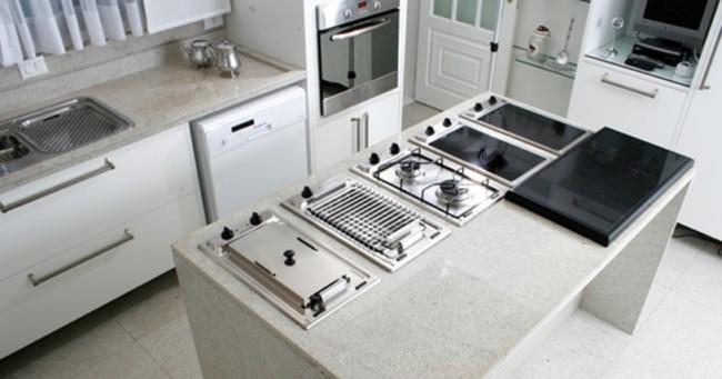 granito branco Itaúnas em cozinha planejada