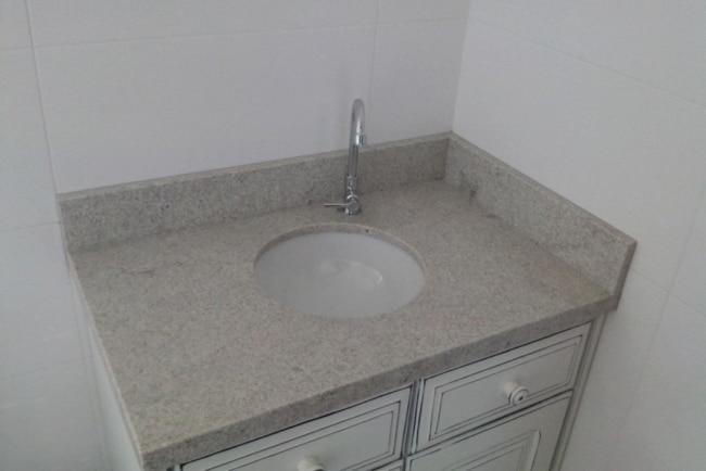 granito branco Itaúnas em pia pequena