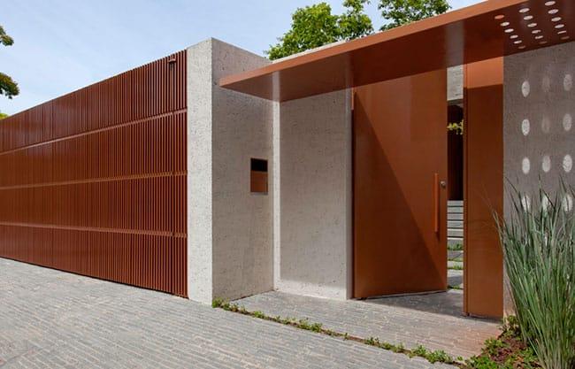 muro de madeira com porta