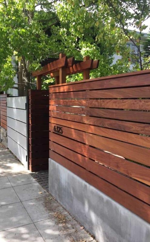 muro de madeira em fachada