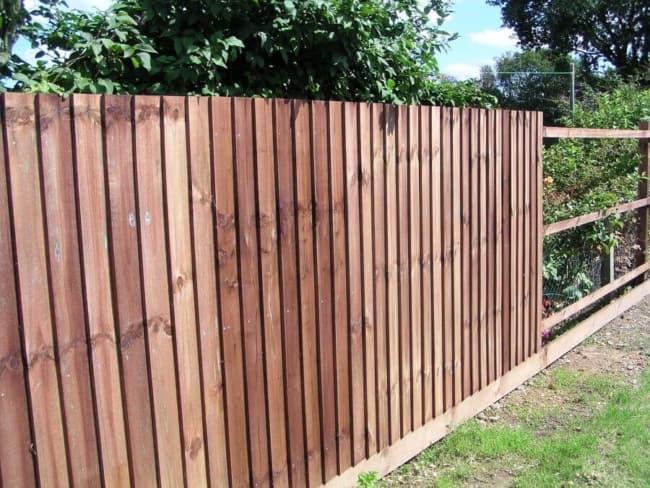 muro de madeira em jardim 1