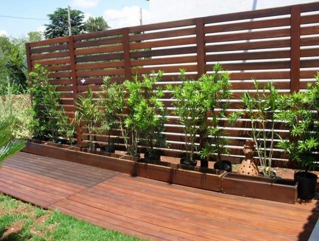 muro de madeira em jardim