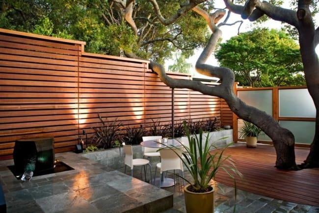 muro de madeira em quintal com mesa