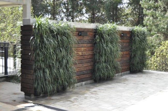 muro de madeira para entrada