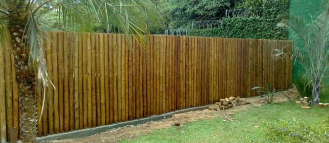 muro de madeira rustica em jardim