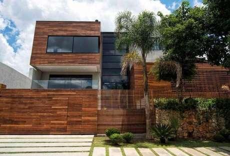 muro todo de madeira em casa