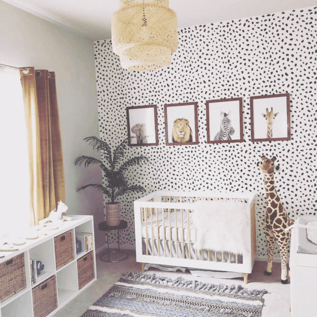 quarto de bebê safari com papel de parede