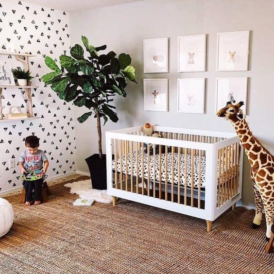 quarto de bebê safari com quadros