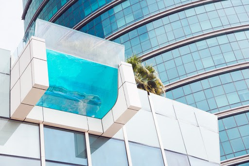 Hotel moderno com piscina de vidro