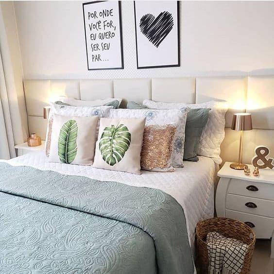 quadros preto e branco decorando parede de quarto