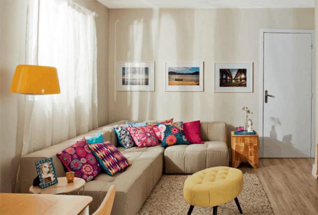 sala com decoração colorida e parede creme