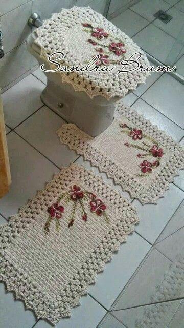 10 tapete de banheiro em barbante com aplicação de flores de crochê