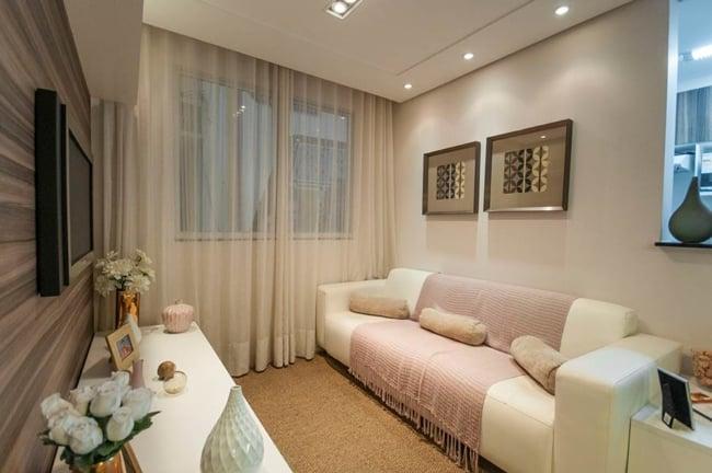 sala pequena com sofá de couro creme