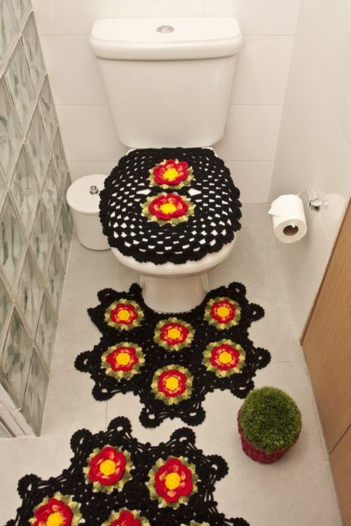 tapete de barbante preto com flores para banheiro