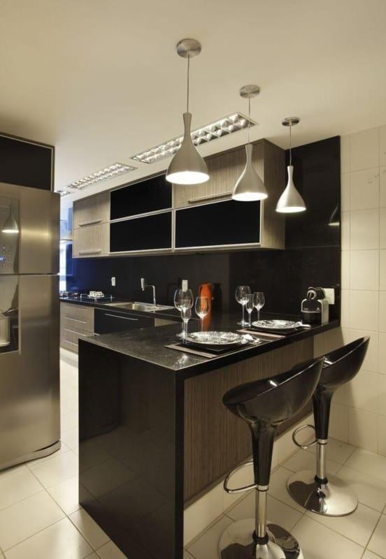 cozinha com balcão de granito preto