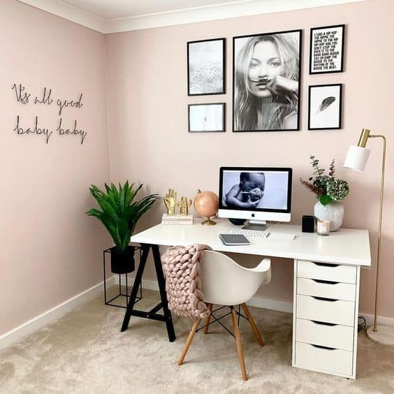 home office com parede de quadros tumblr