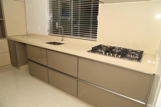 cozinha moderna com bancada creme