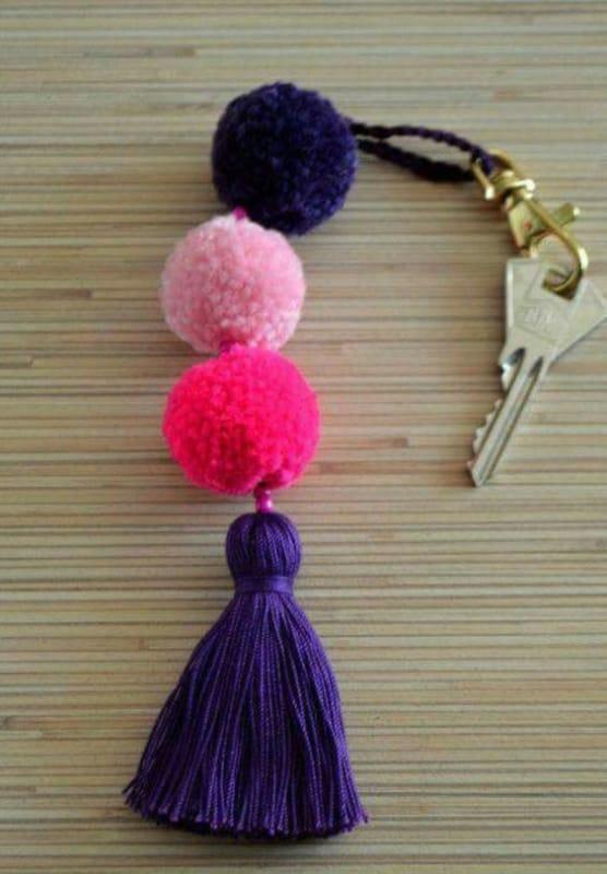 chaveiro colorido com pompons de lã