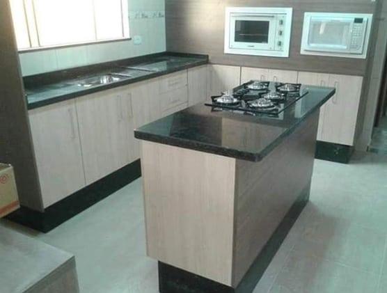 cozinha com ilha pequena de granito verde Ubatuba