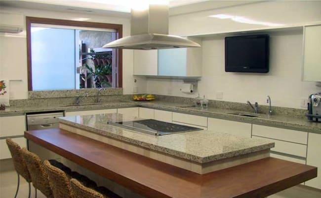 cozinha com ilha de granito branco