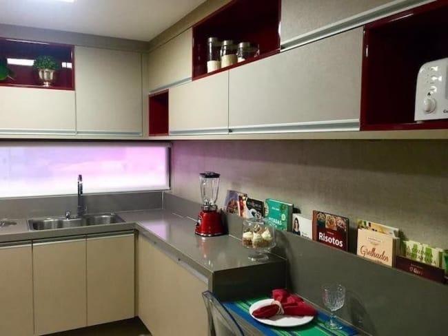 cozinha moderna com armários na cor creme