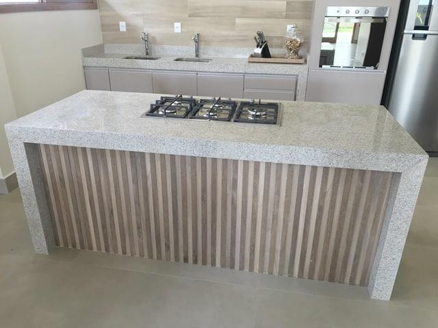 cozinha moderna com ilha de granito
