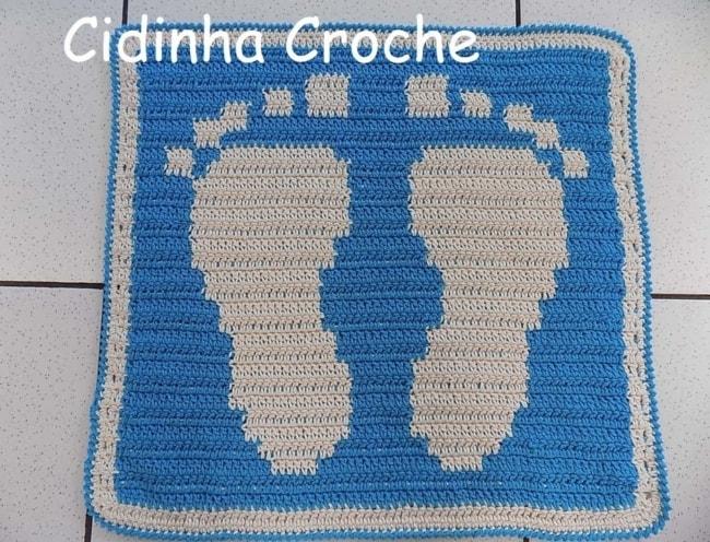 tapete azul de crochê para banheiro