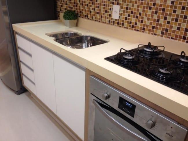 cozinha pequena e moderna com bancada creme