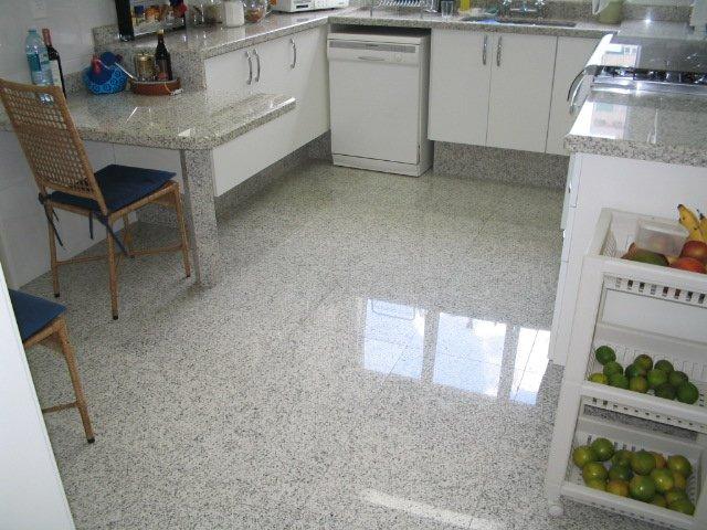 cozinha com piso claro de granito