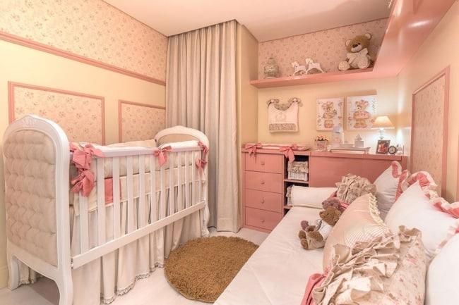 quarto de bebê pequeno decorado e bege e rosa