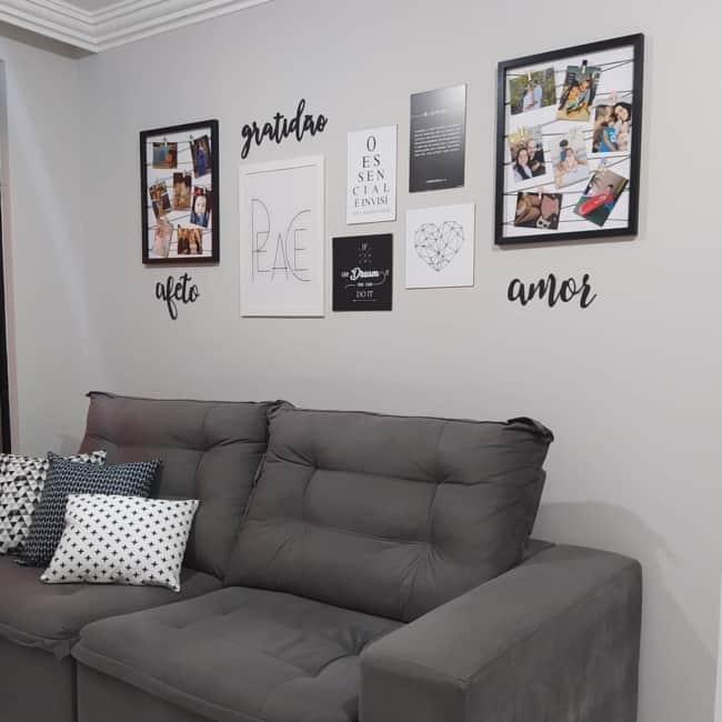 sala com parede de quadros e fotos tumblr
