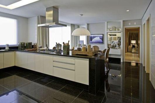 cozinha com piso de granito preto