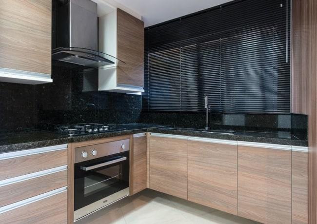cozinha com parede de granito preto