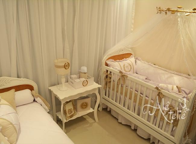 decoração de quarto de bebê neutro com parede creme