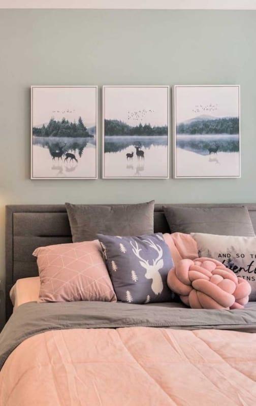 quarto decorado com quadros tumblr na parede de cabeceira