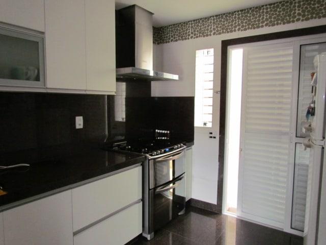 cozinha moderna com rodabanca de granito