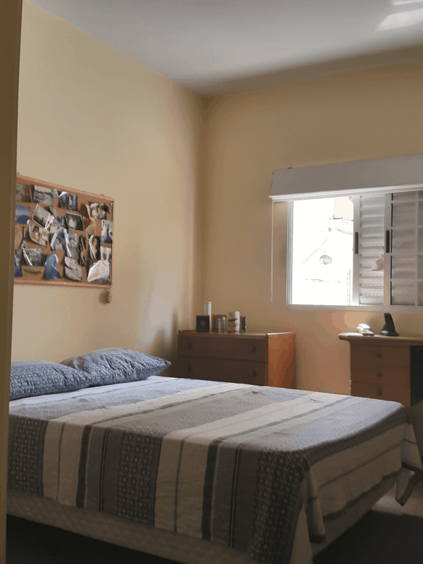 quarto de casal simples com paredes creme