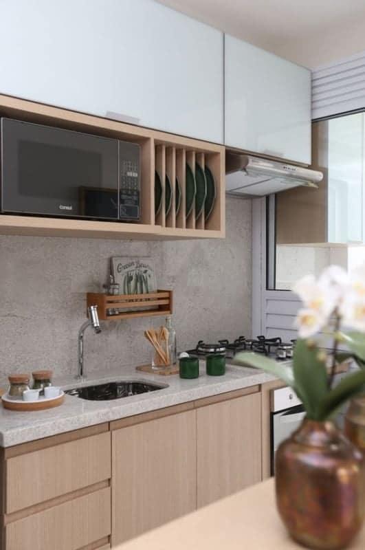 cozinha pequena com rodabanca de granito branco siena