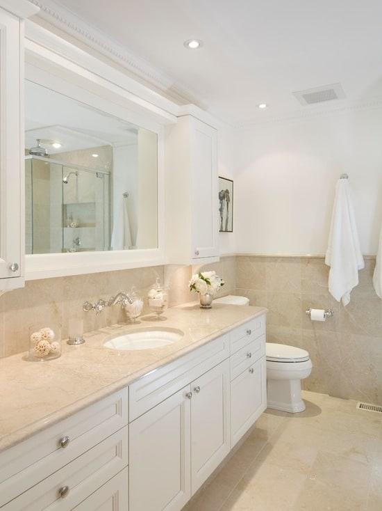 banheiro com mármore creme