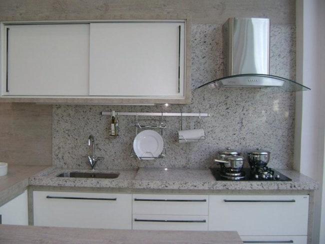 cozinha pequena com parede revestida de granito branco Dallas