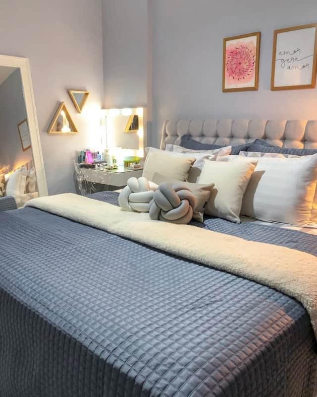 quarto de casal decorado com par de quadros tumblr