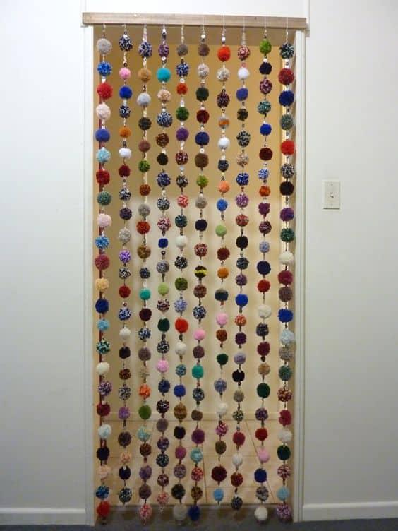 cortina de porta com pompons coloridos