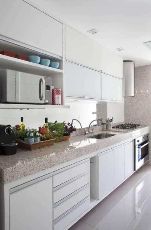 cozinha com bancada de granito branco siena