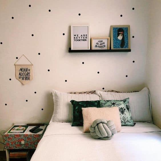 quarto simples decorado com quadros de frases tumblr