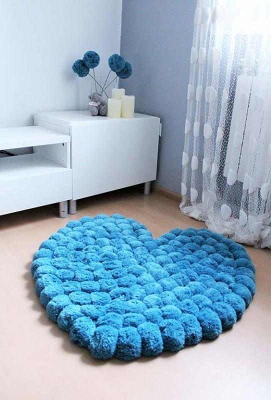 tapete em formato de coração de pompom de lã