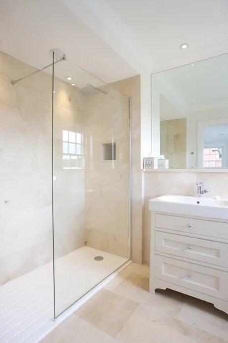banheiro clean com mármore creme